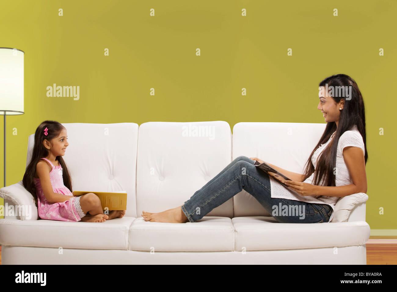 Mutter und Tochter sitzen auf einem sofa Stockbild
