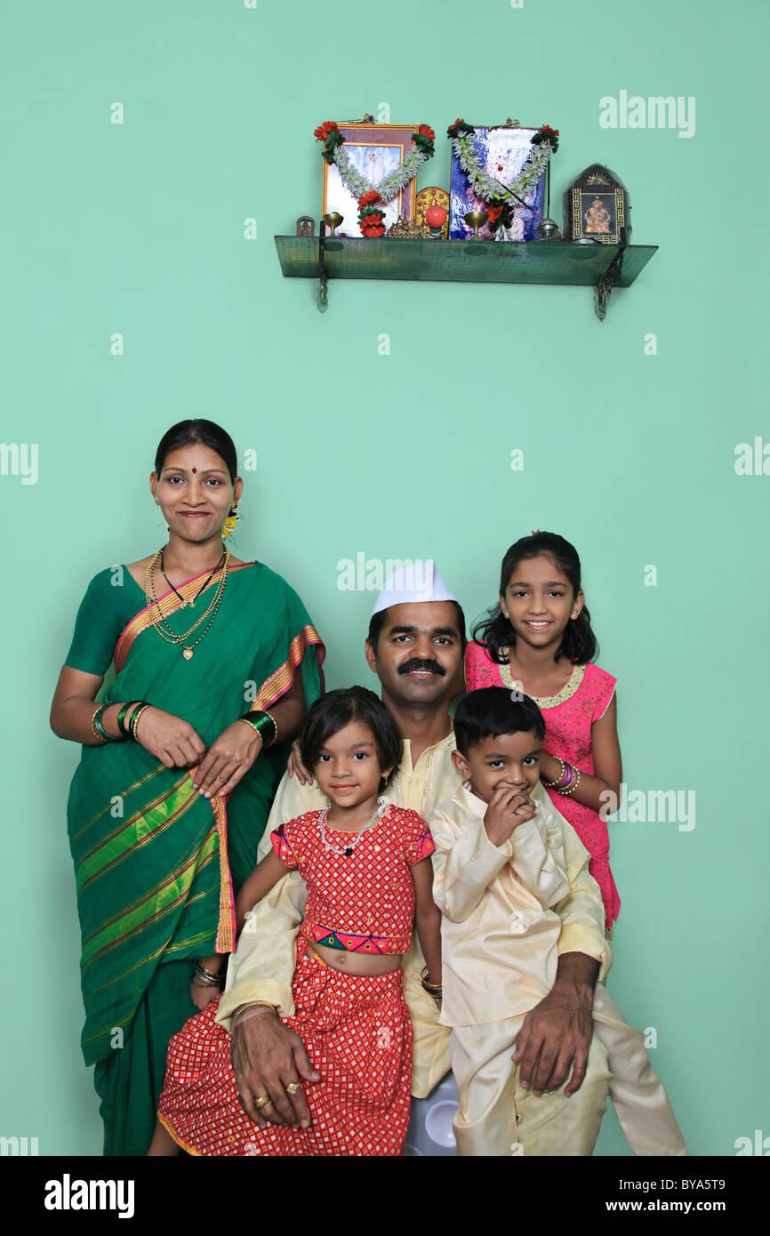 Portrait einer Maharashtrian-Familie Stockbild