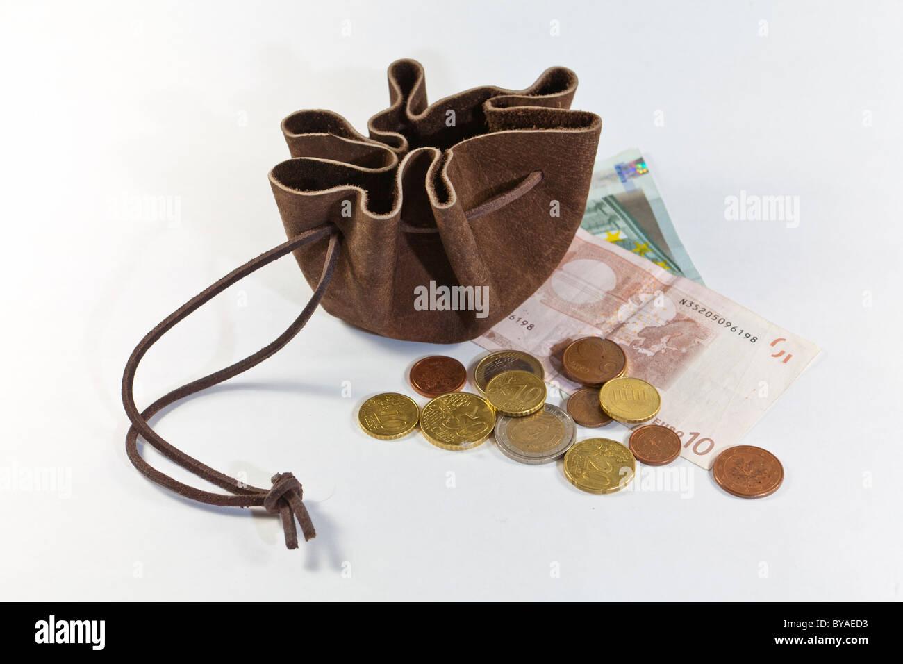 Wildleder-Geldtasche mit Euro-Banknoten und-Münzen Stockbild