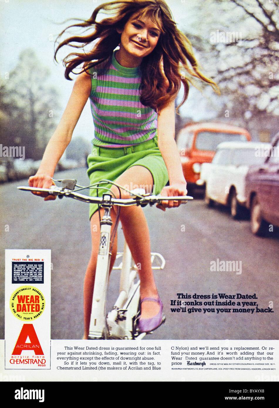 Farbe der 1960er Jahre Werbung für tragen vom Kleid aus ACRILAN Acryl Faser von CHEMSTRAND im Damen-Mode-Magazin Stockbild