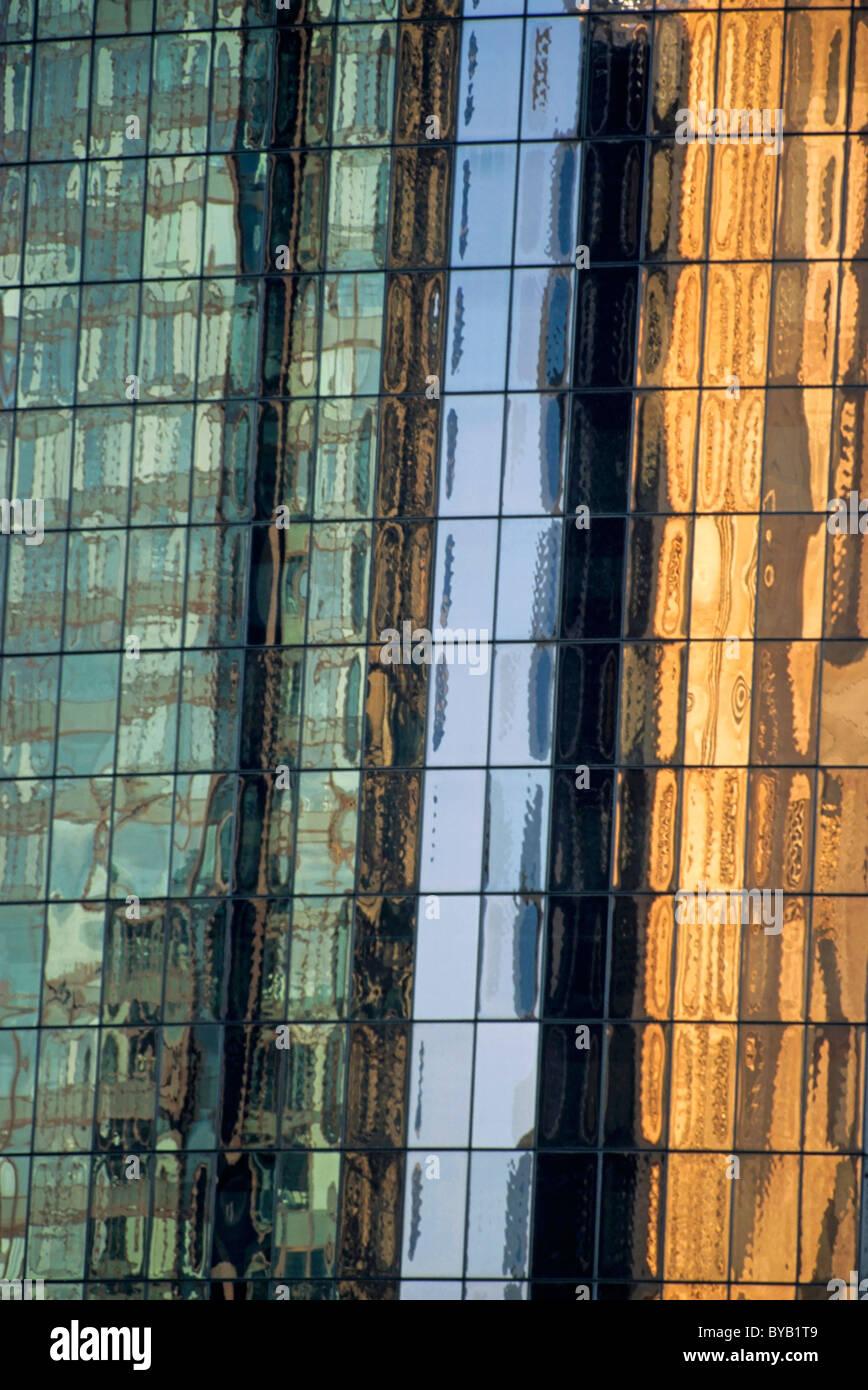 Bürohaus - Reflexionen in den Fenstern Stockbild