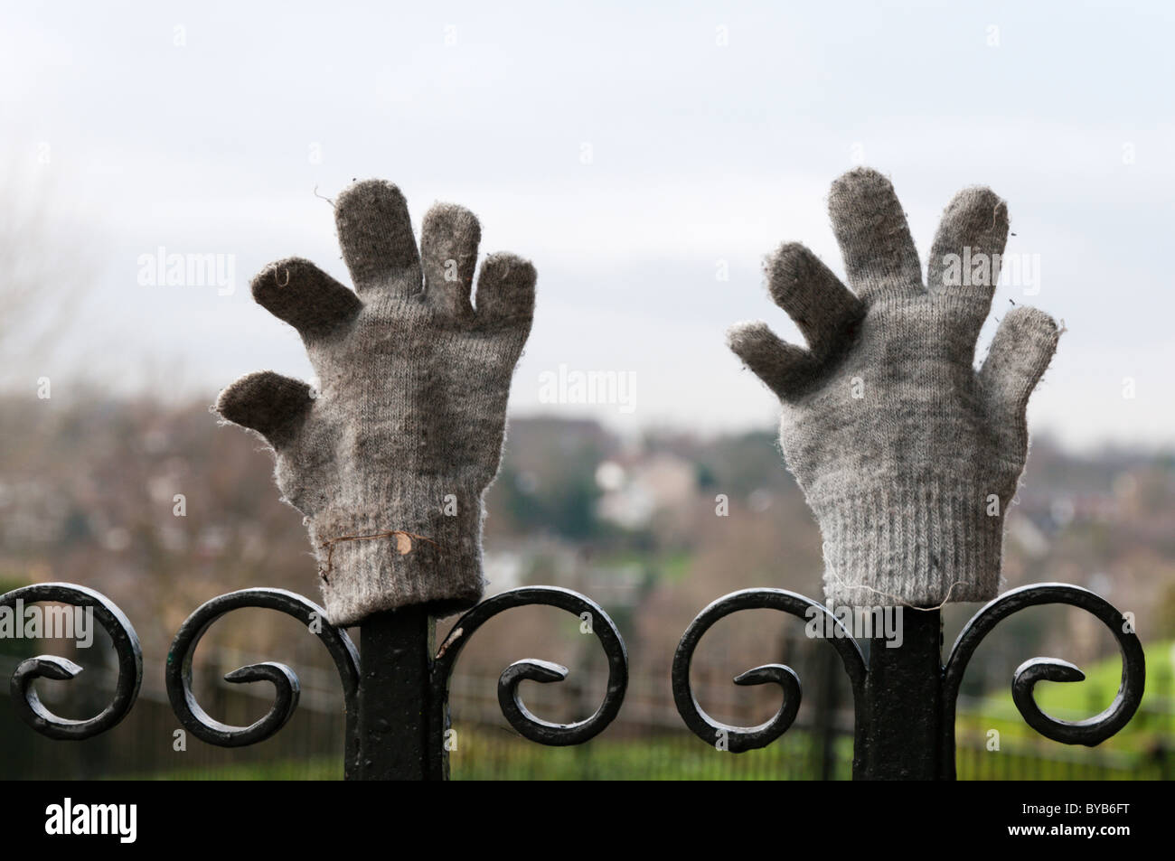 Ein paar verlorene Handschuhe auf Park Geländer gelegt. Stockbild