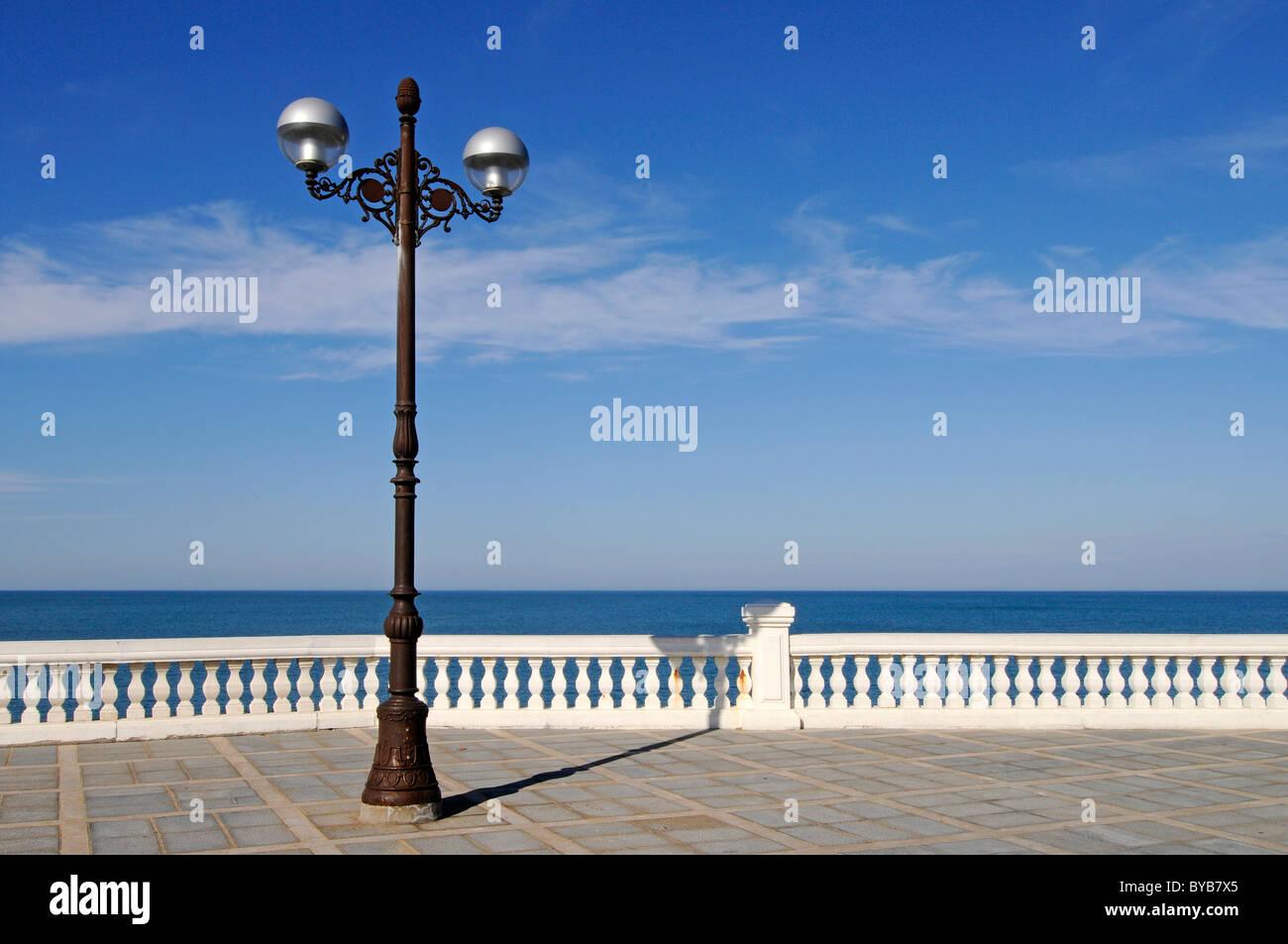 Straßenlaterne, Meer, Promenade, Geländer, Halbinsel La Magdalena, Santander, Kantabrien, Spanien, Europa Stockbild
