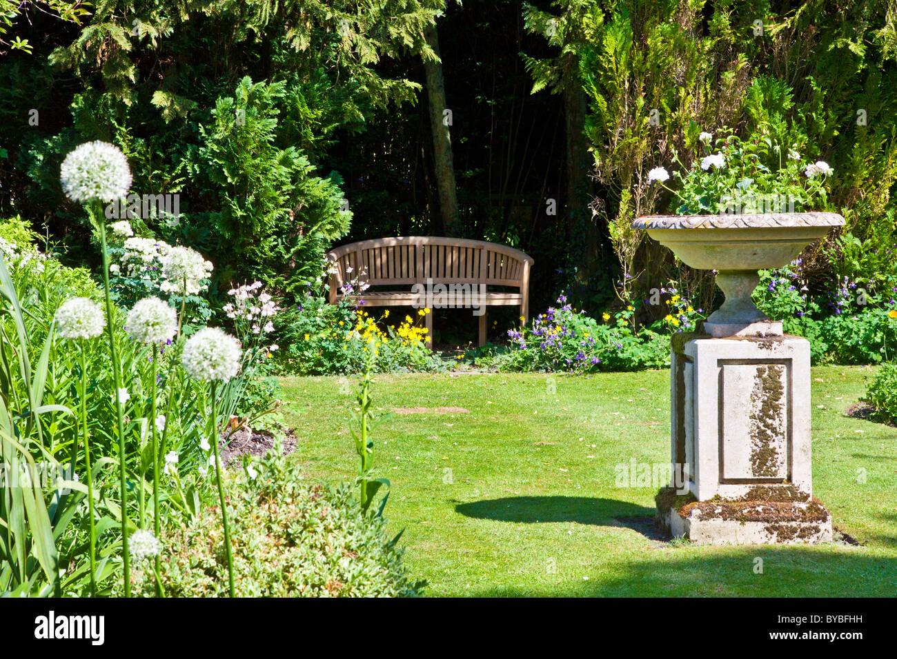 Eine kleine Liegewiese in einem englischen Landhaus Garten im