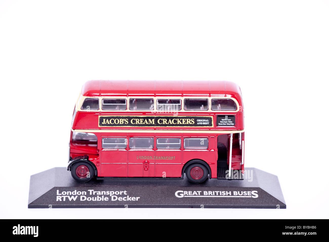 Ein Spielzeug-Modell-Doppeldecker-Bus auf einem weißen Hintergrund Stockbild