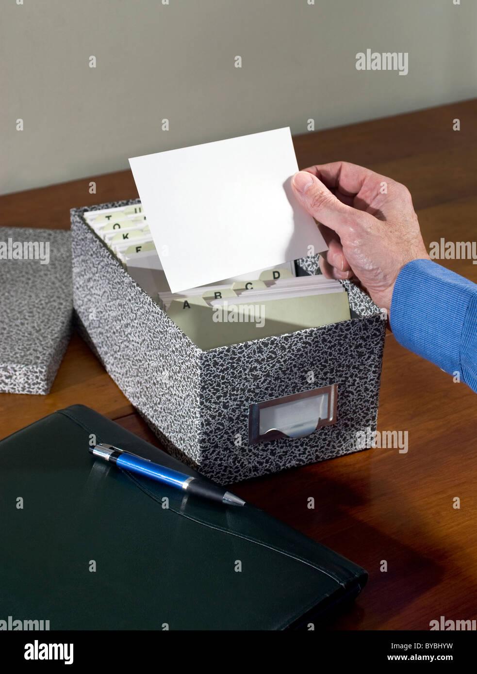 Man Betrieb leere Karteikarte Stockbild
