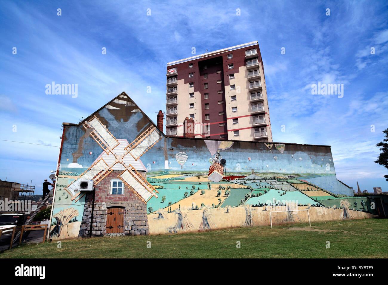 Rus in Urbe? Ein Wandbild von einem englischen Landschaft mit Windmühle, an der Seite eines Gebäudes auf Stockbild