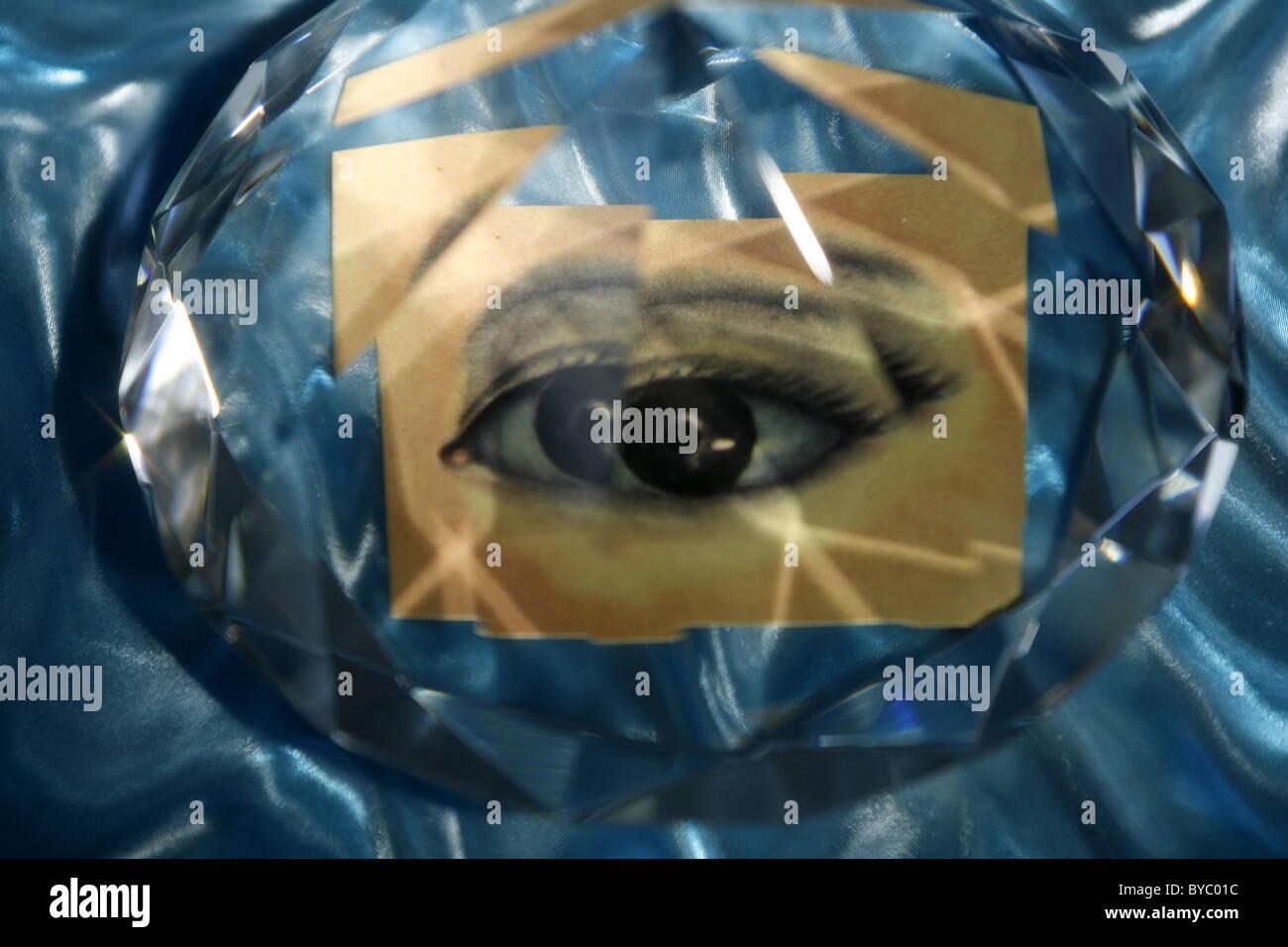 ein Auge, das facettenreiche, seltsame Vision ist Stockbild