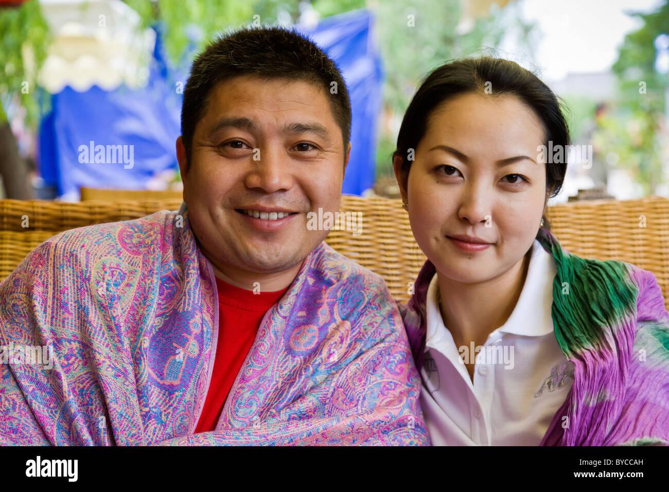 Robuste chinesischer Mann mit schönen jungen Frau mit traditionellen glatt Porzellan Puppe Teint. JMH4742 Stockbild