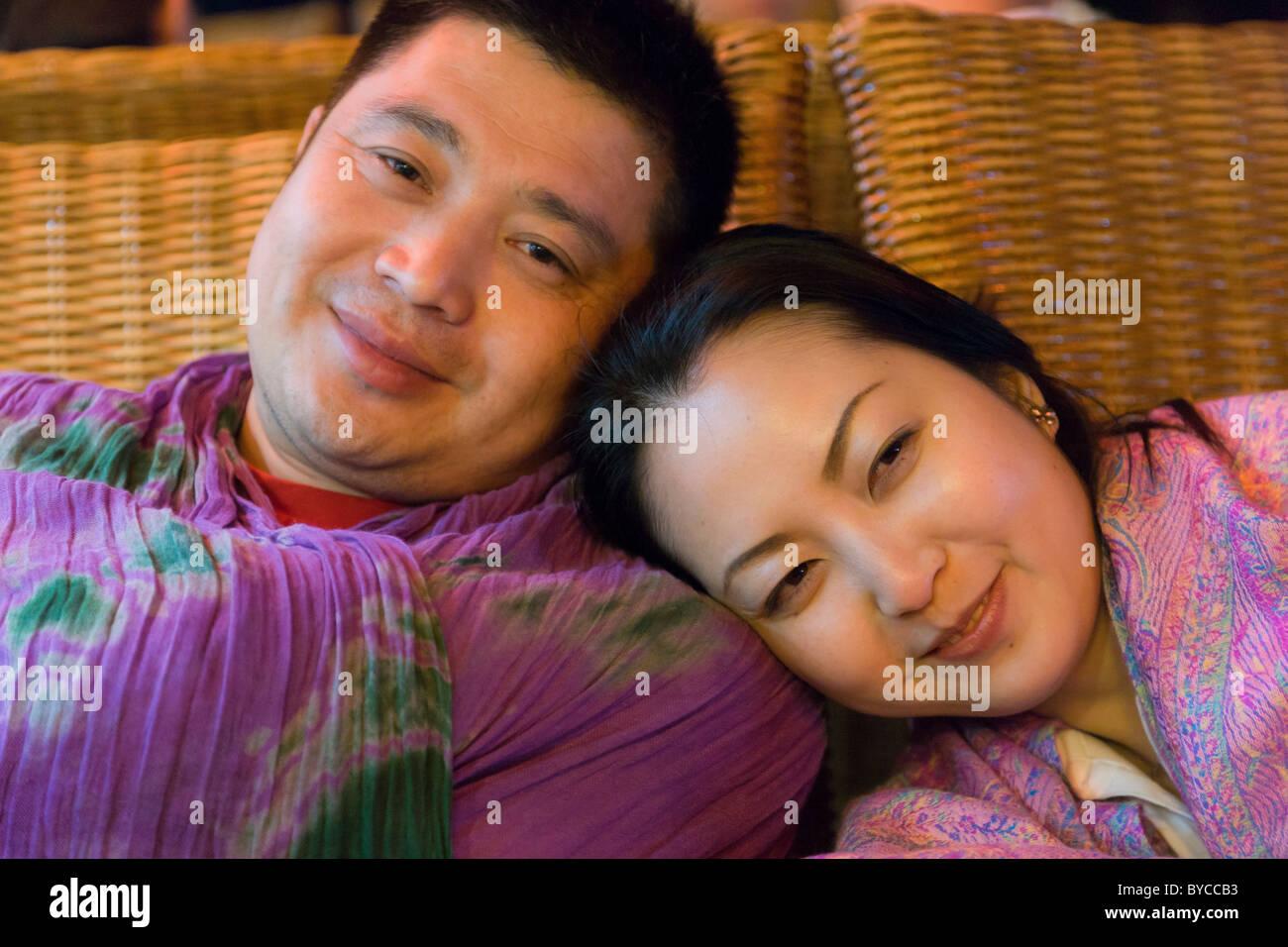 Robuste chinesischer Mann mit schönen jungen Chinesin mit traditionellen glatt Porzellan Puppe Teint. JMH4744 Stockbild