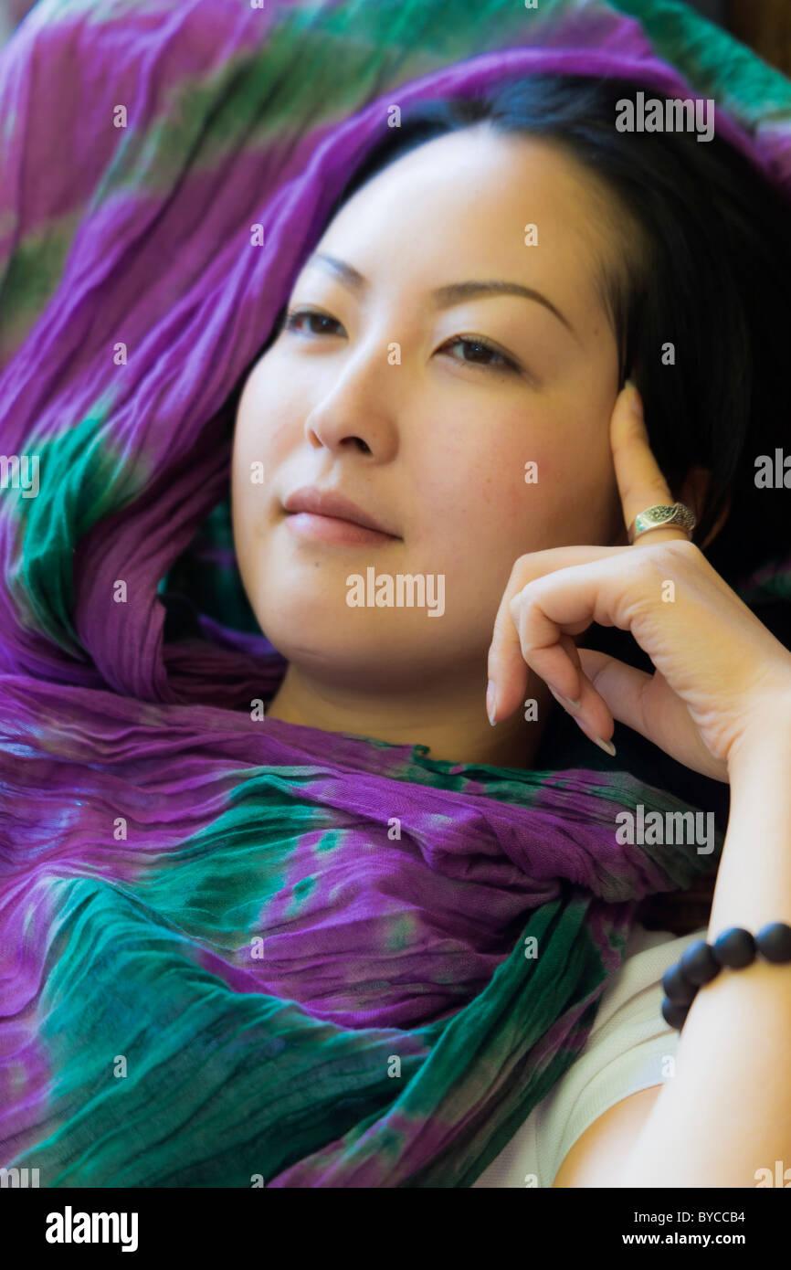 Schöne nachdenkliche chinesische junge Frau mit traditionellen glatt Porzellan Puppe Teint. JMH4745 Stockbild