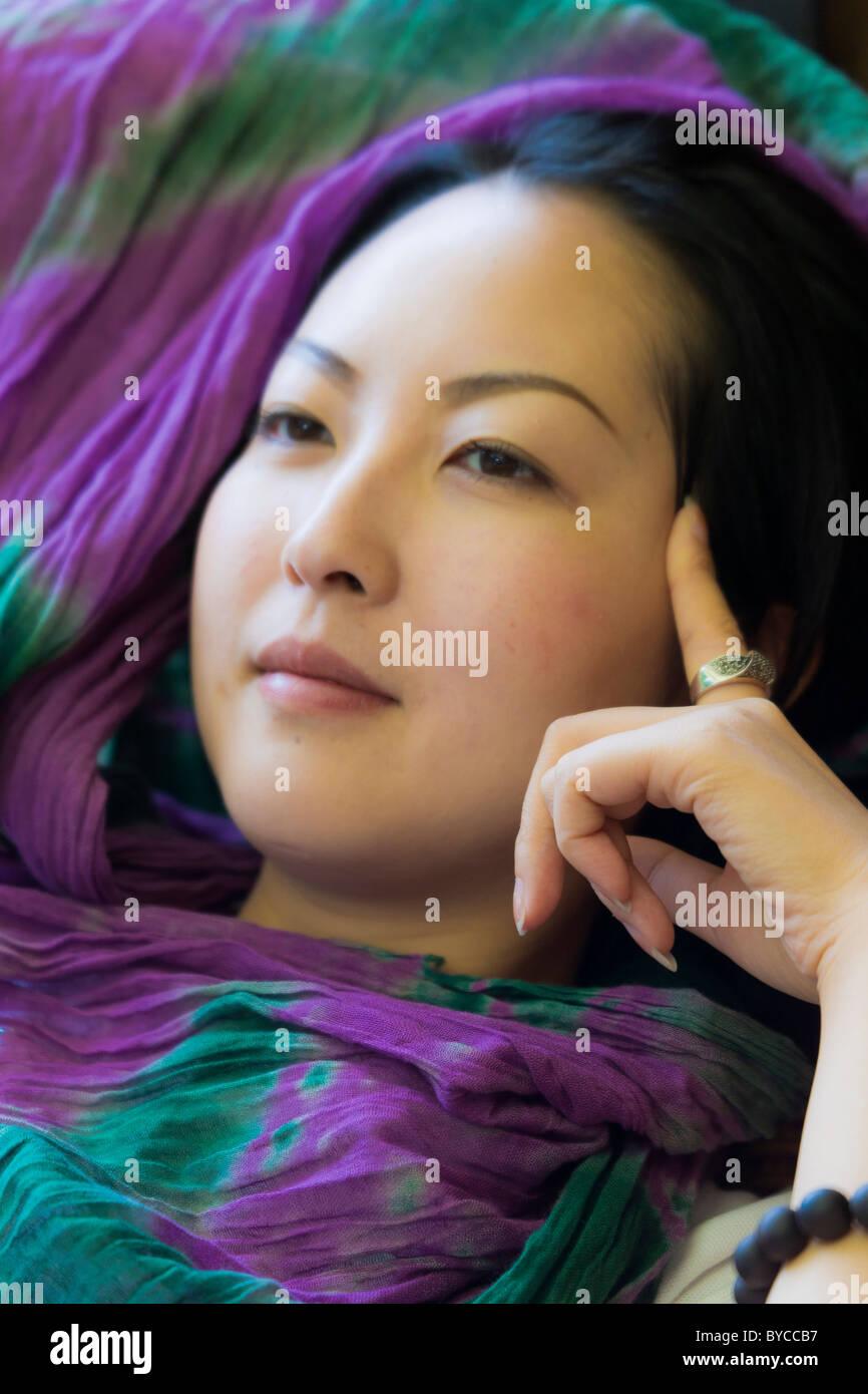 Closeup schöne junge Chinesin mit traditionellen glatt Porzellan Puppe Teint. JMH4746 Stockbild