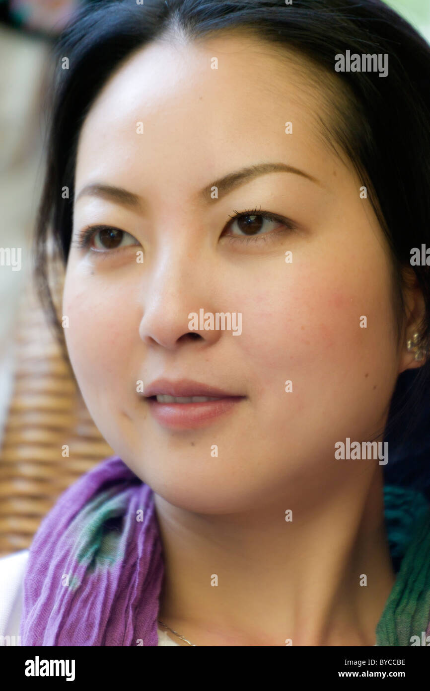 Closeup schöne junge Chinesin mit traditionellen glatt Porzellan Puppe Teint. JMH4747 Stockbild