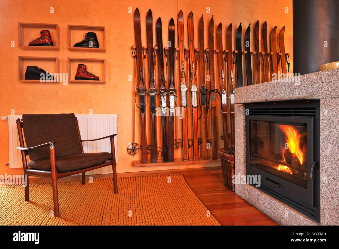 Chalet Wohnzimmer Mit Einladenden Kamin Vintage Skiträger Und