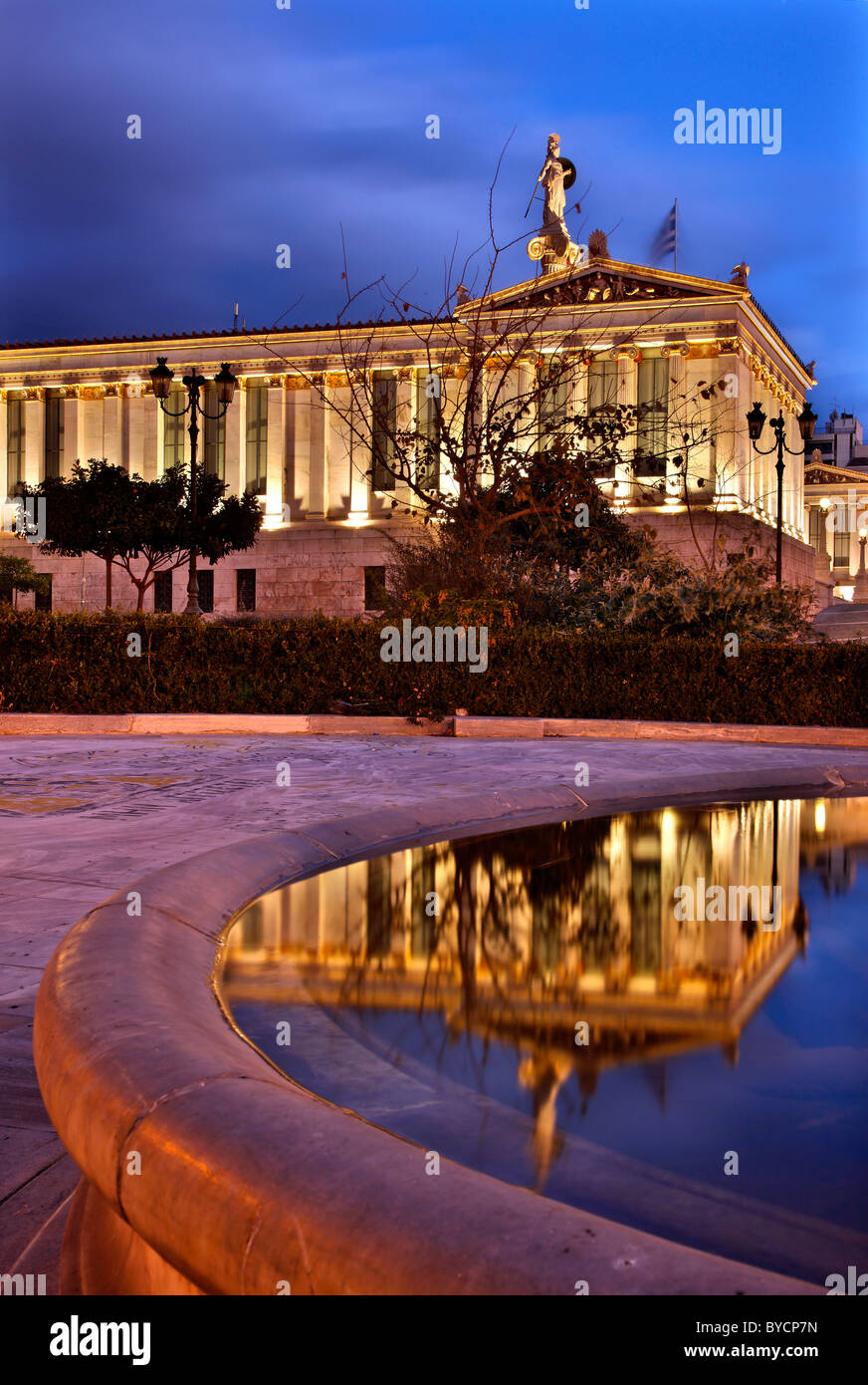"""Die Akademie von Athen, einem wunderschönen neoklassizistischen Gebäude in der """"blauen"""" Stunde. Stockbild"""