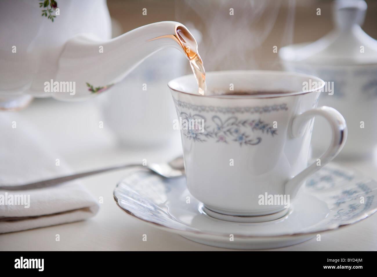 Dampfende Tasse Tee in feinstem Porzellan Stockbild