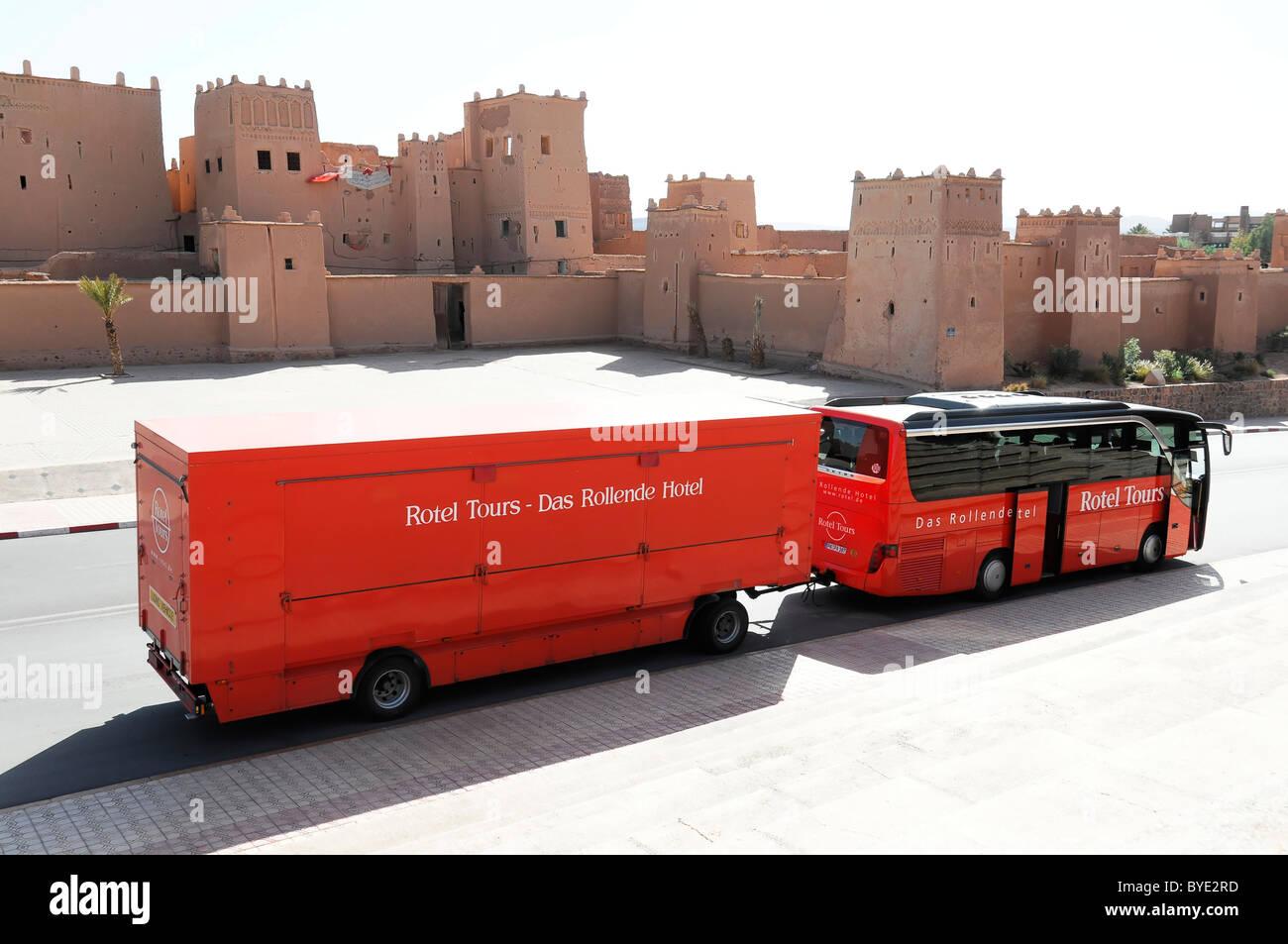 rotel trainer ein reisebus mit einem mobilen hotel vor einem abschnitt des kino museum. Black Bedroom Furniture Sets. Home Design Ideas