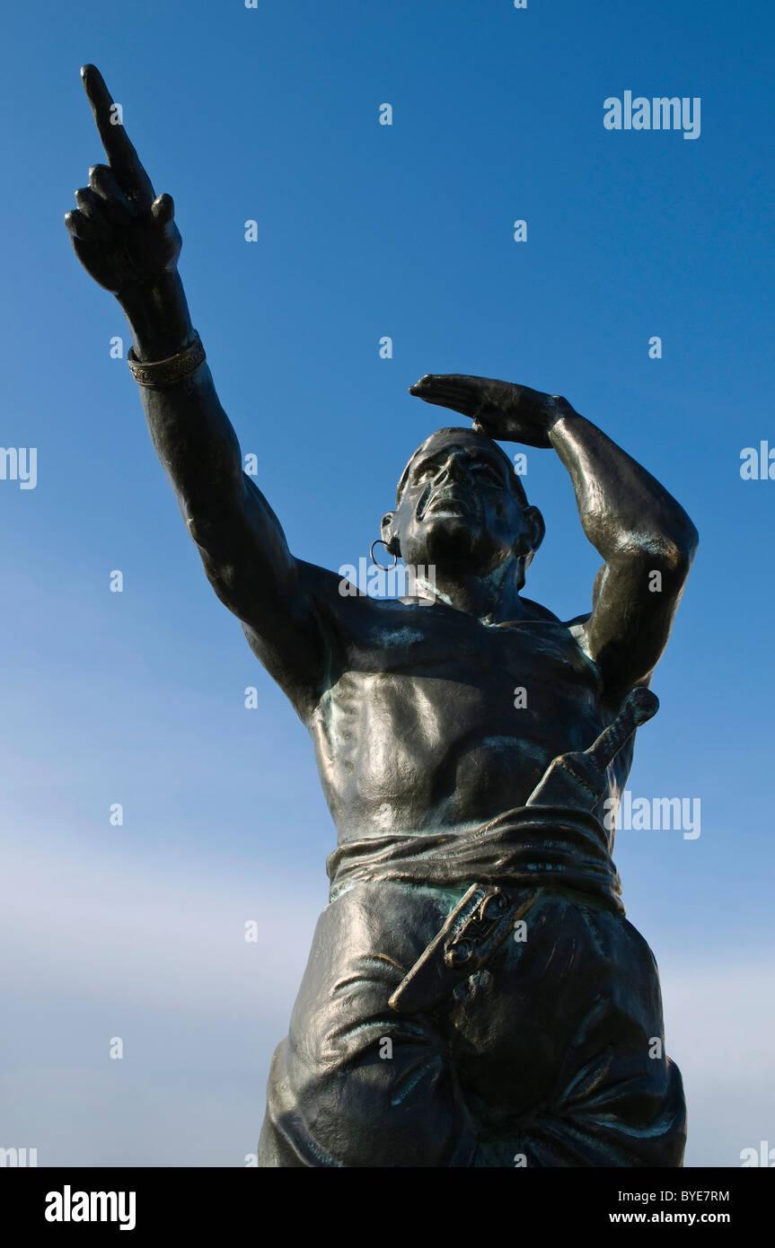 Freebooter, Bronze Figur, Pirat Blick in die Ferne zeigt bis zum Horizont, in der Nähe der Fähre von Fehmarn Stockbild