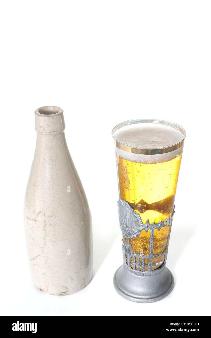 Alte Keramik Flasche und Bier in einem Uniqe Stein Glas isoliert auf einem weißen Hintergrund. Stockbild
