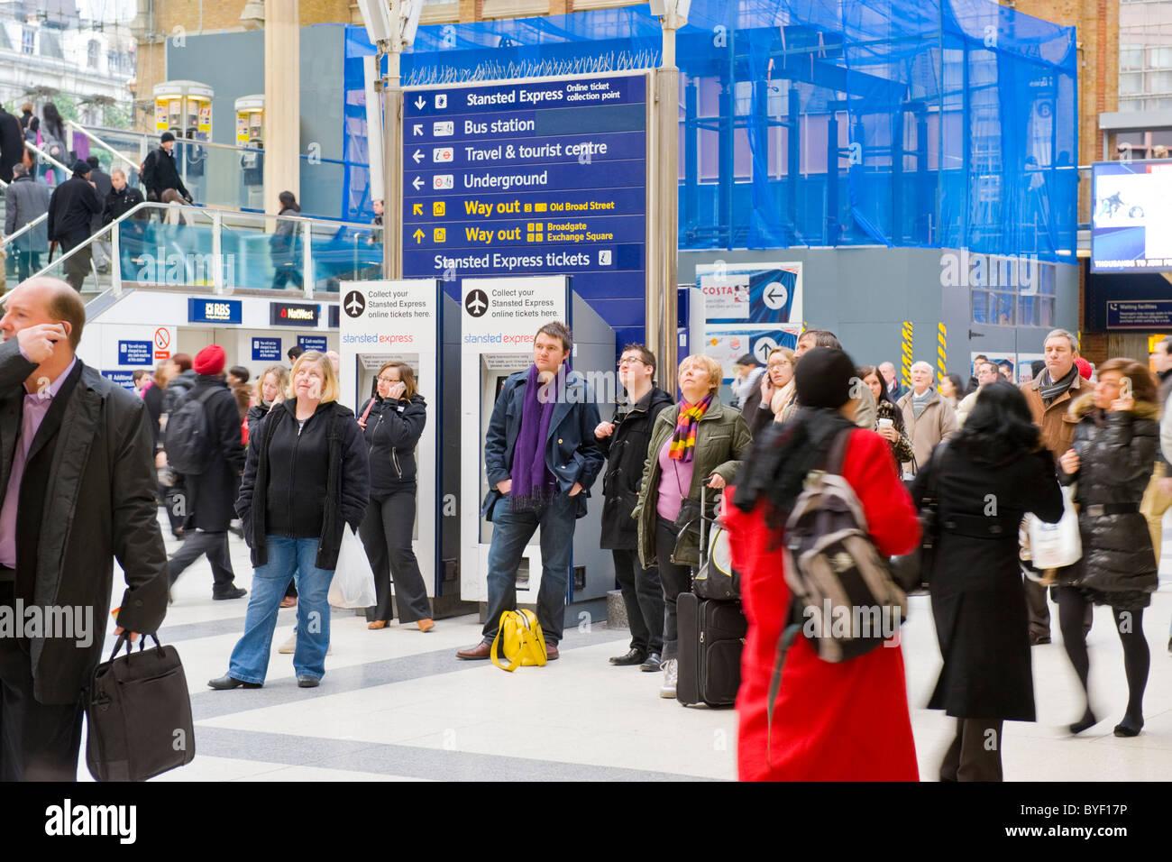 Londoner Pendler Bahnhof Liverpool Street Passagiere Masse bis zu Ankunft Abreise board Warten auf der Bahn einige Stockbild