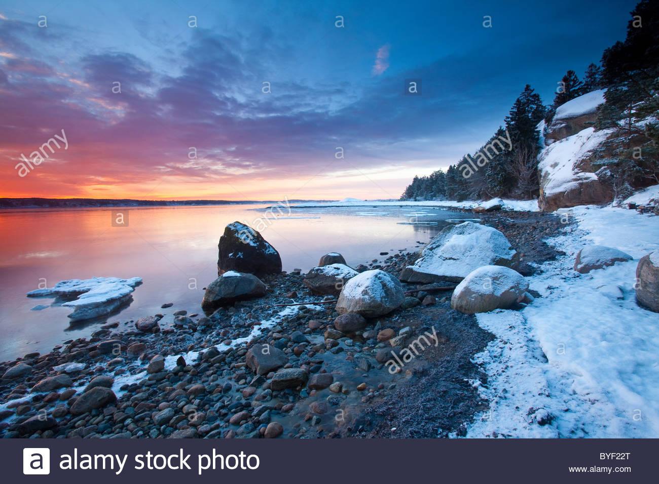 Super winter Sonnenaufgang durch den Oslofjord am Ofen in Råde, Østfold fylke, südöstliche Norwegen. Stockbild