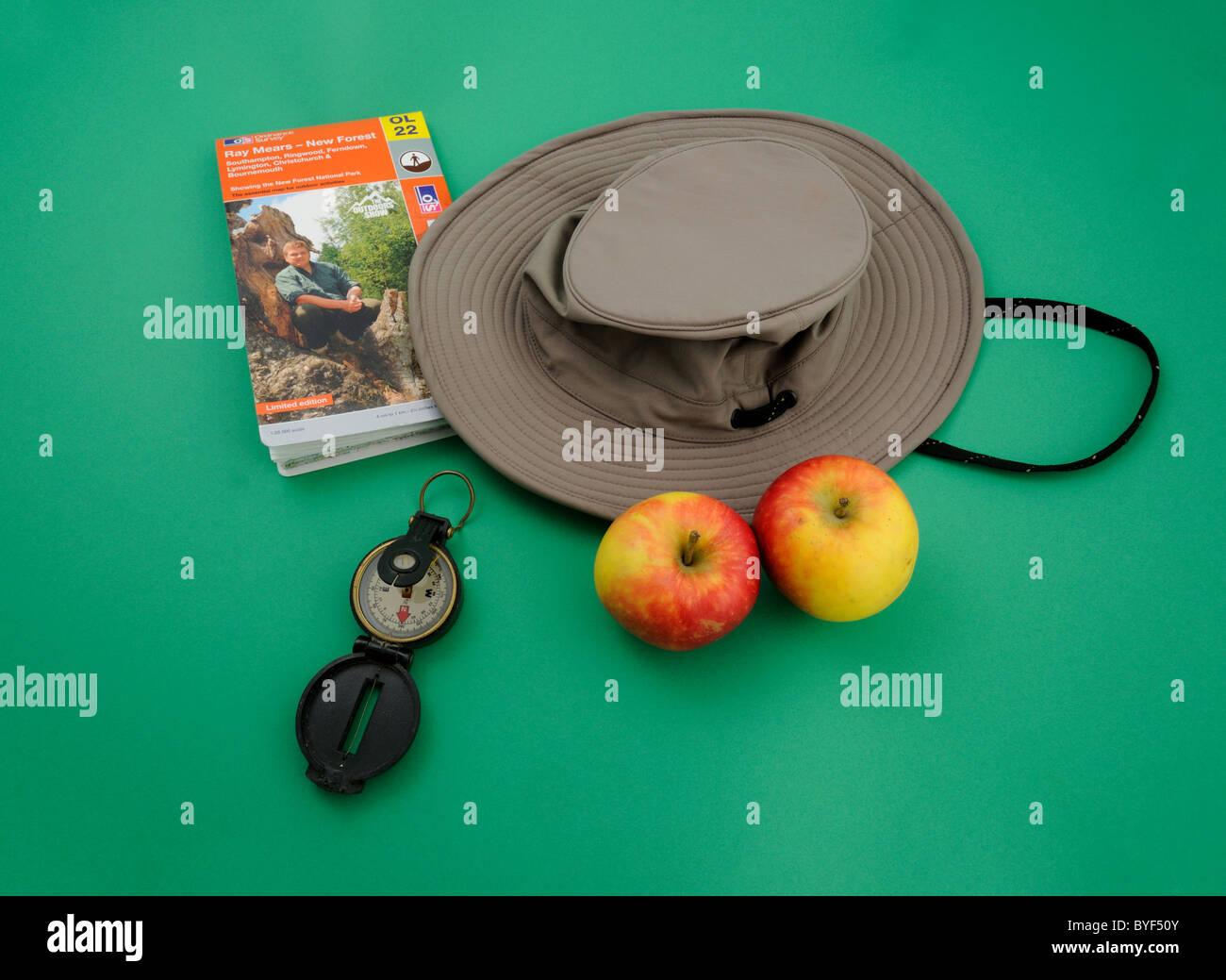 """Studio-Fotografie von einem Wanderer """"Tilley Hat"""", Explorer-Karte von New Forest, marschierenden Kompass Stockbild"""