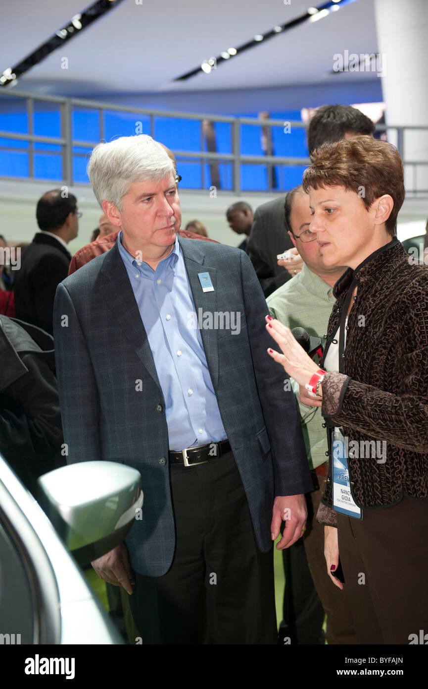 Nancy Gioia, Fords Direktor des globalen Elektrifizierung, zeigt Michigan Gouverneur Rick Snyder eine elektrische Stockbild
