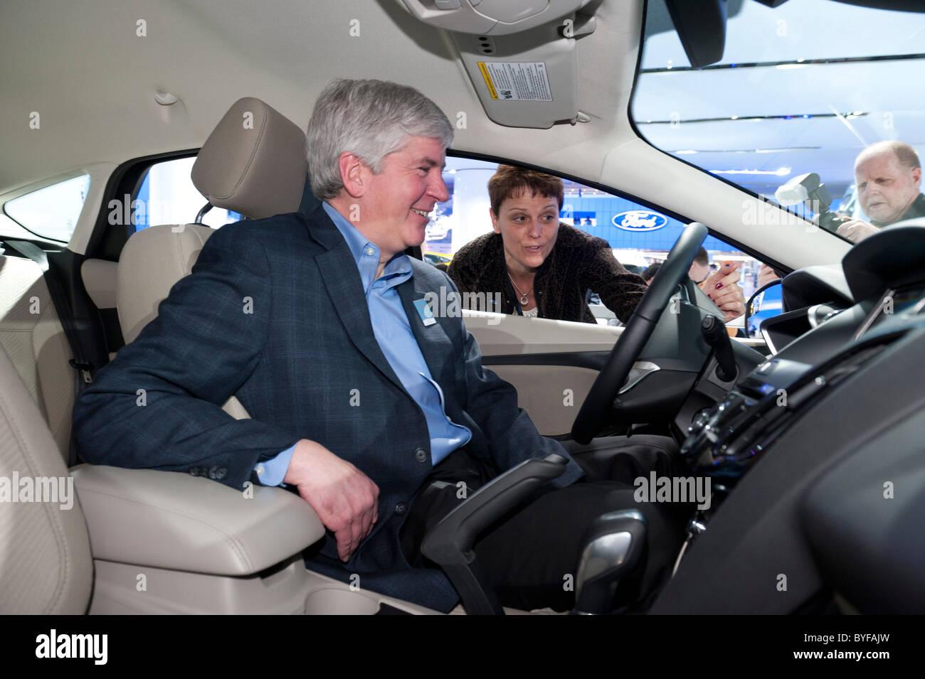 Michigan Gouverneur Rick Snyder und Nancy Gioia, Fords Direktor des globalen Elektrifizierung in einer elektrischen Stockbild