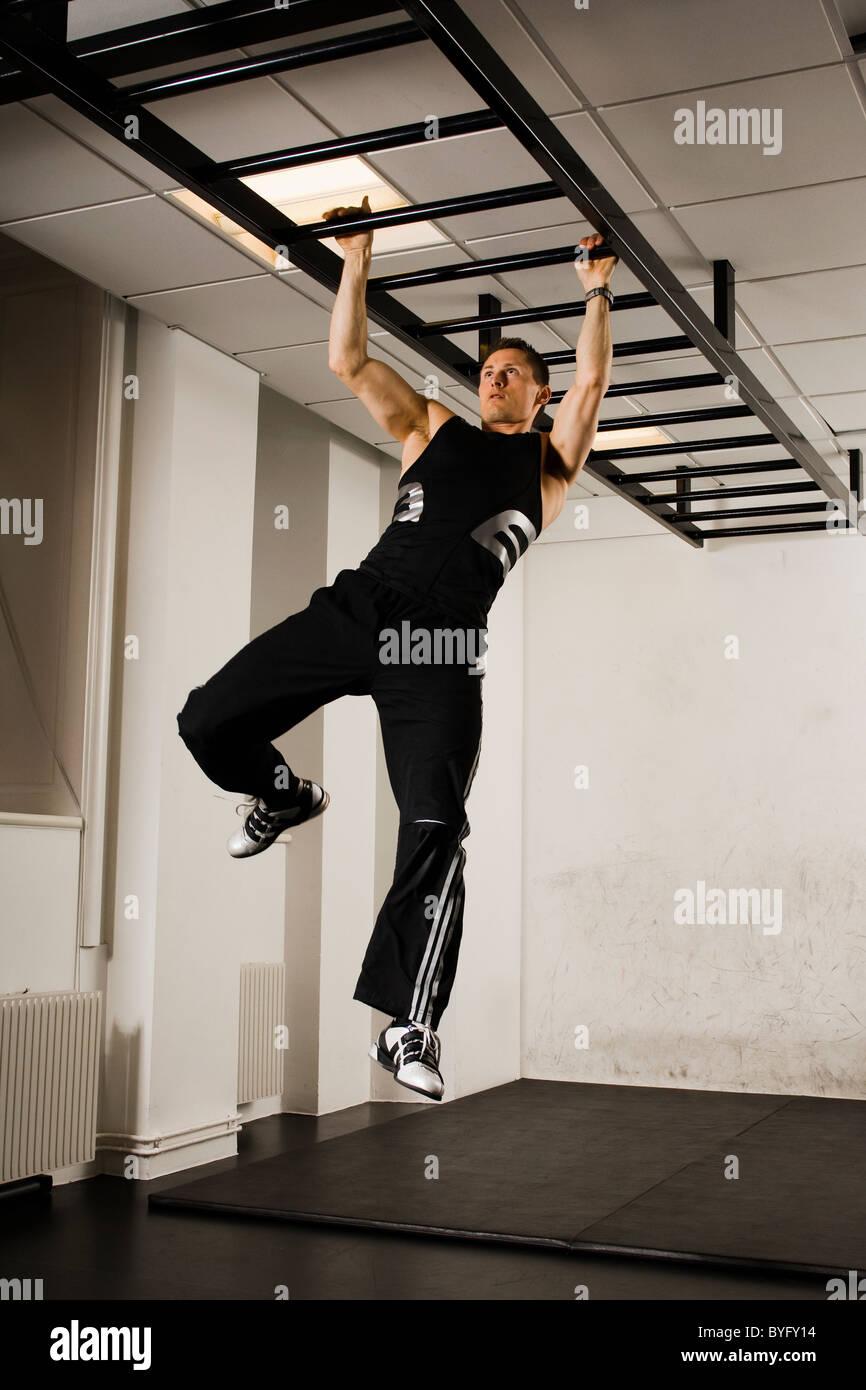 Athlet mit Gymnastik Geräte im Fitnessraum Stockbild