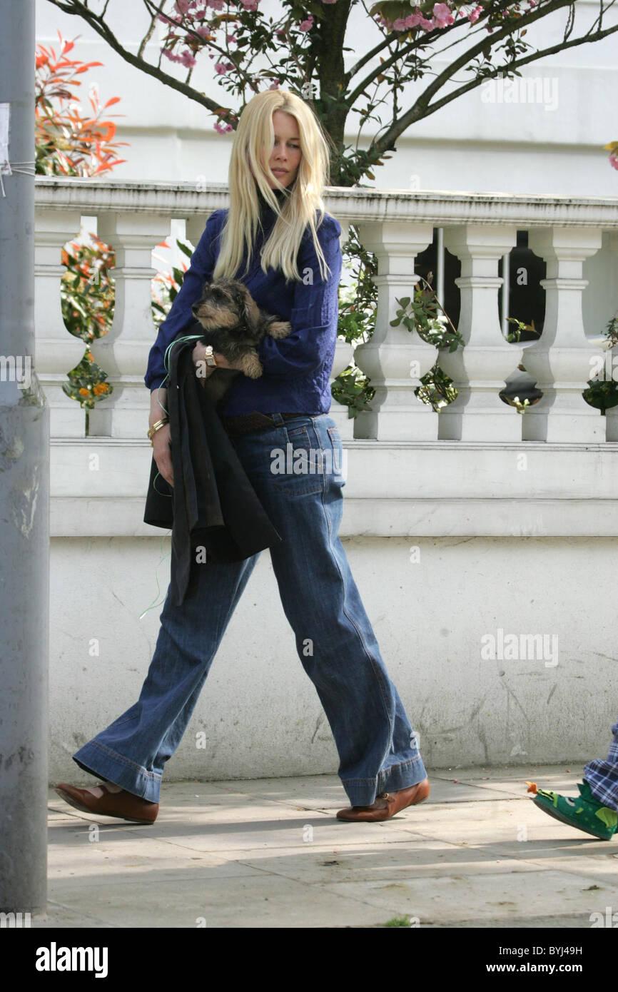 Claudia Schiffer verlassen ihr Haus tragen einen Welpen