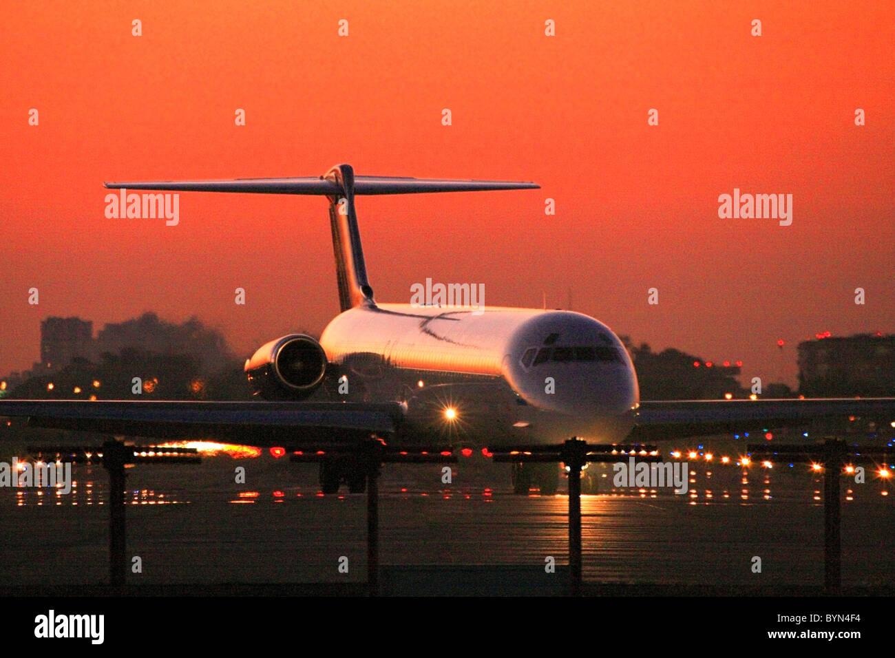 Turbo Jet kommerziellen Flugzeug anreisen Jorge Newbery Flughafen bei Sonnenuntergang. Stockbild