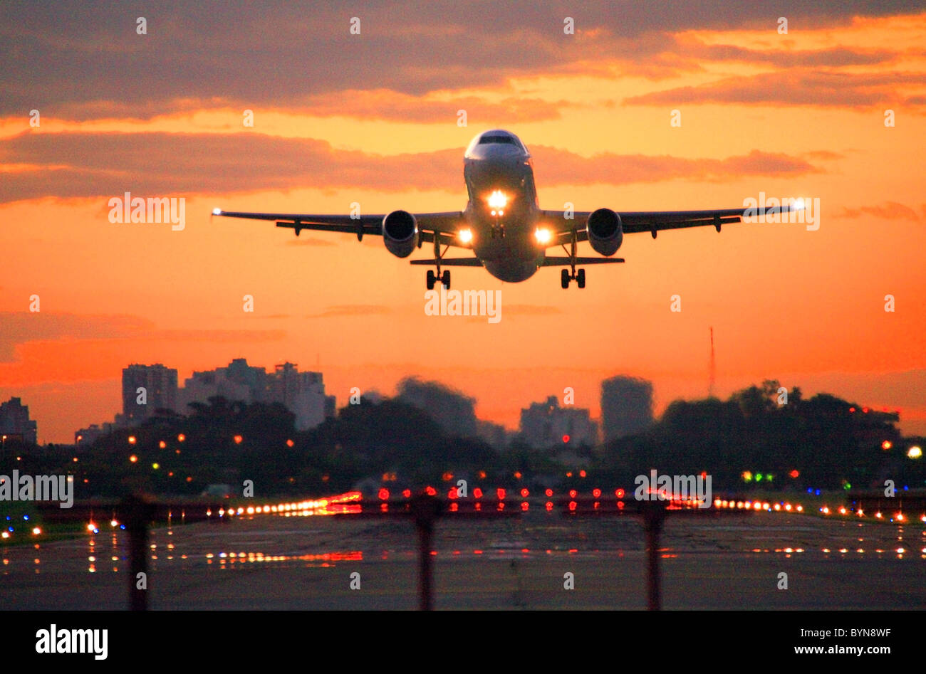kommerzielle Düsenflugzeug ausziehen Jorge Newbery Flughafen bei Sonnenuntergang. Stockbild