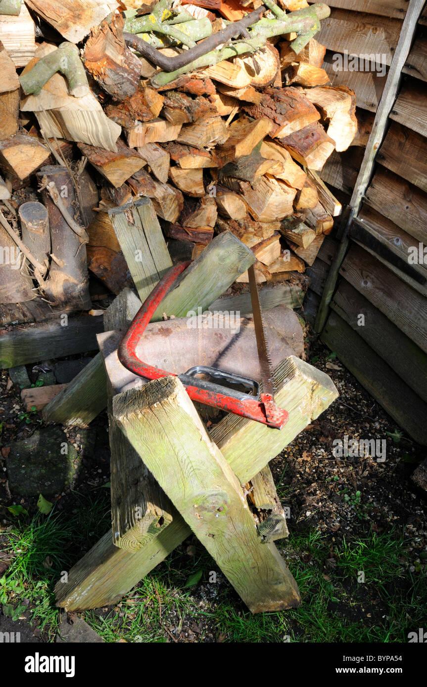 Bugelsage Auf Holz Sagebock Vor Garten Winter Holzstapel Stockfoto