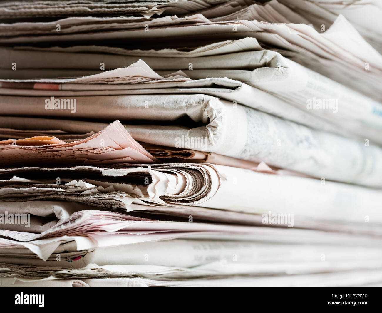 alte Zeitungen im Stapel. Textfreiraum Stockbild