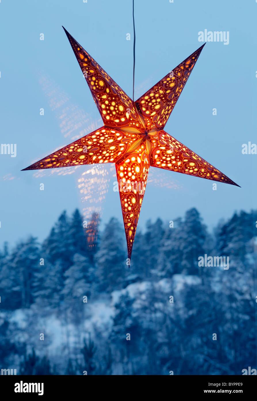Beleuchtete Nacht Sterne in einem grossen Fenster Stockbild