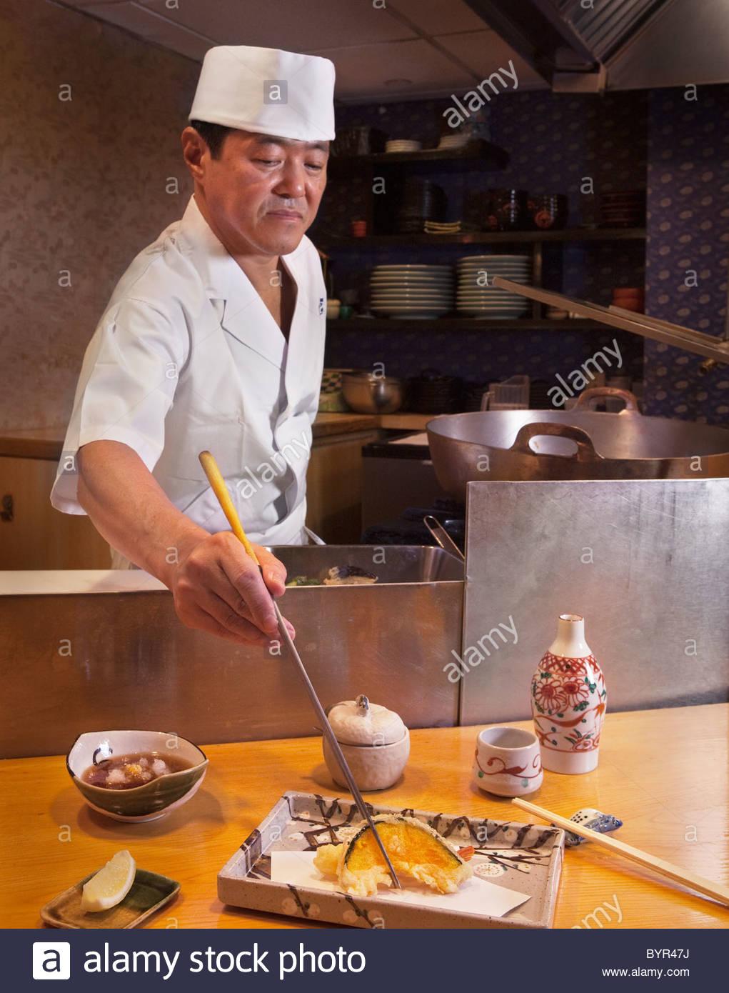 Küchenchef serviert Tempura im Nippon Restaurant, New York City Stockbild