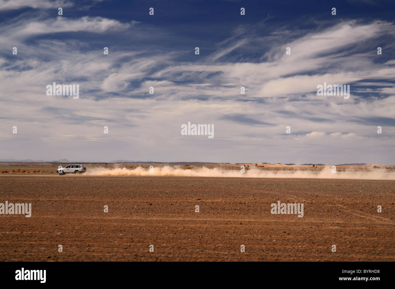 Lange staub Trail 4x4 off road Auto beschleunigt von erfoud zum Erg Chebbi wüste Marokko Nordafrika Stockbild