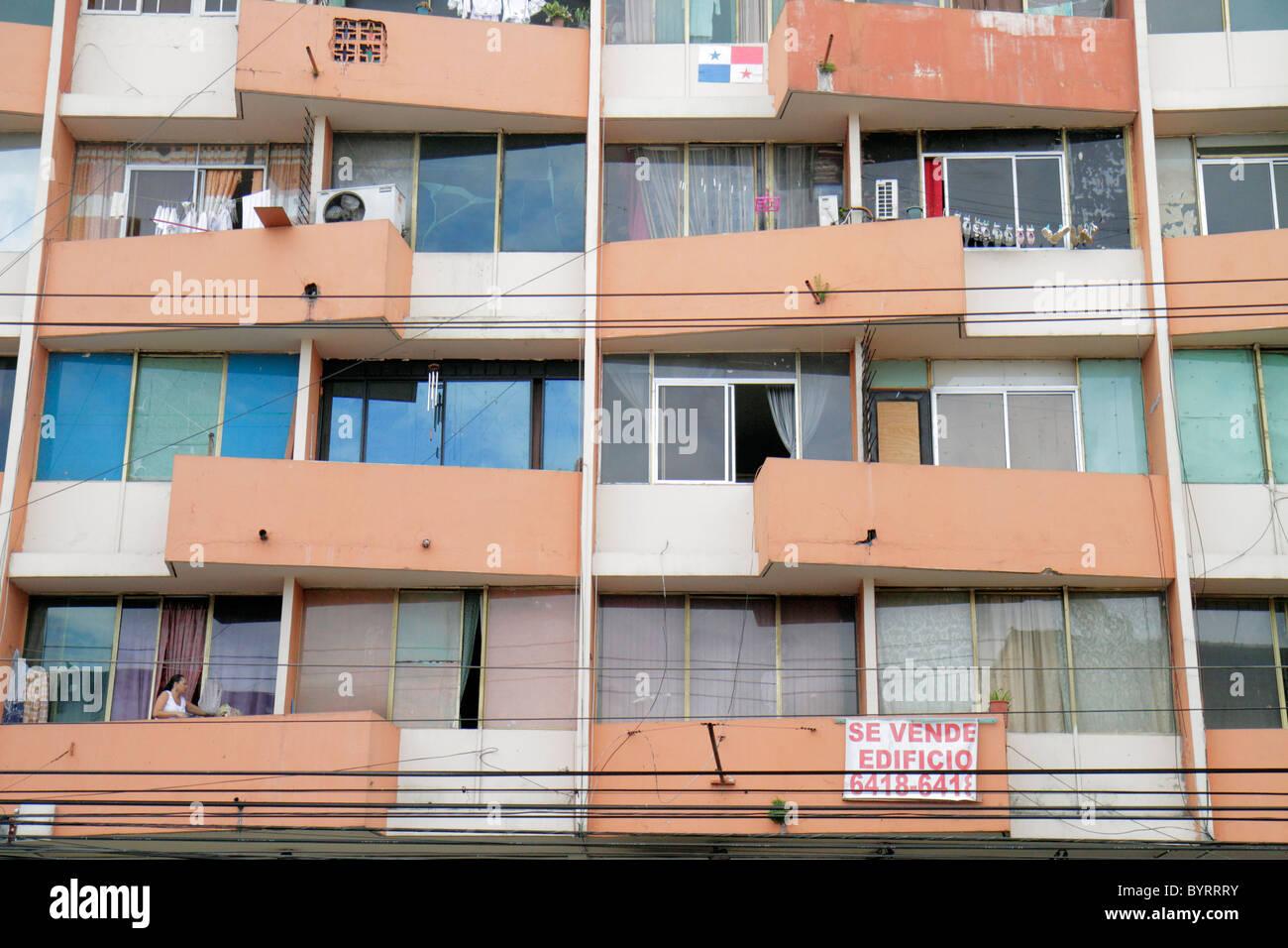 Panama City Panama Bella Vista Via Espana Mehrfamilienhaus heruntergekommenen Baufälligkeit Strom Linien Balkon Stockbild