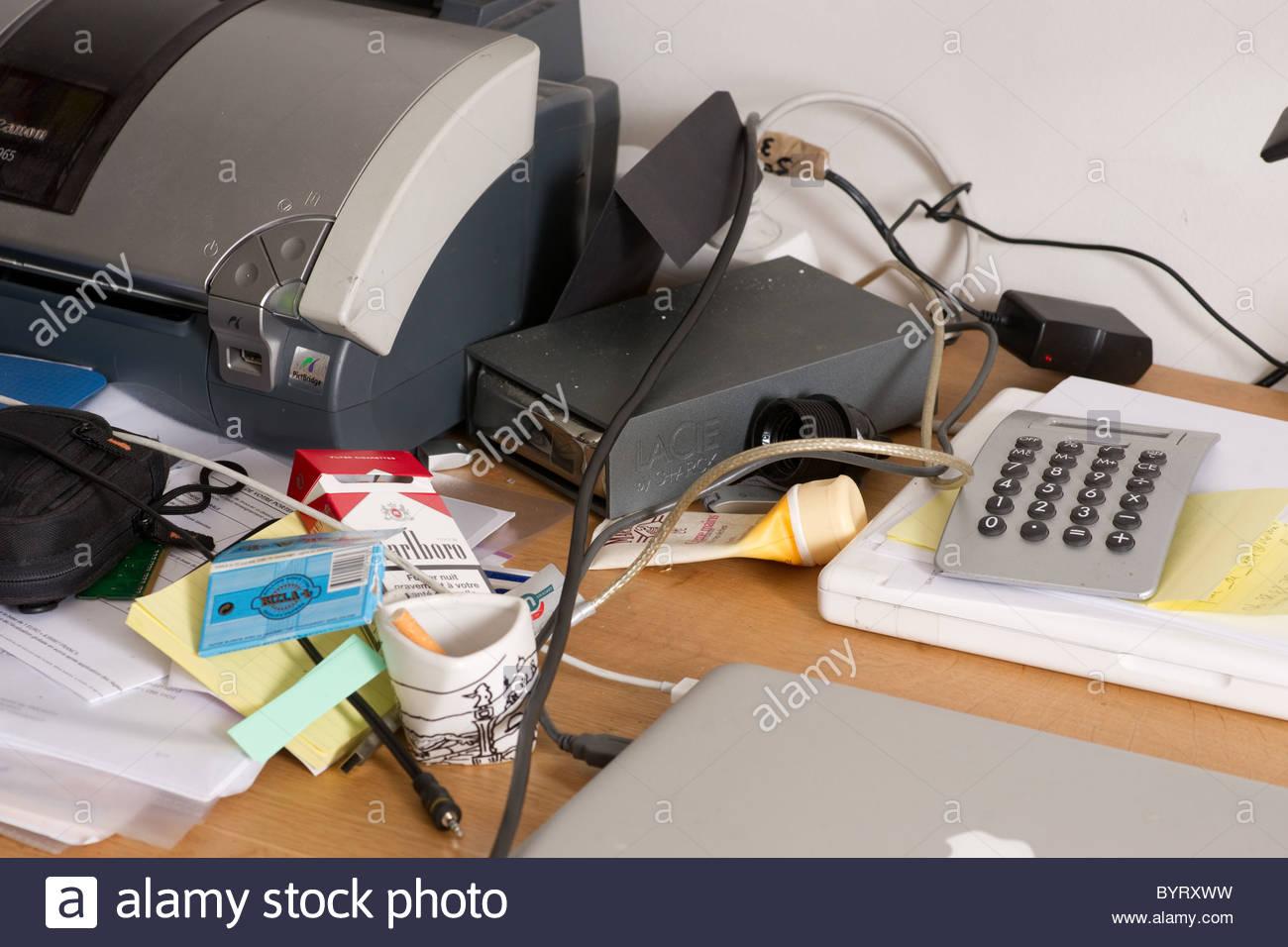 Buro Chaotisch Rechner Drucker Unordnung Arbeitszeit S Stockfoto