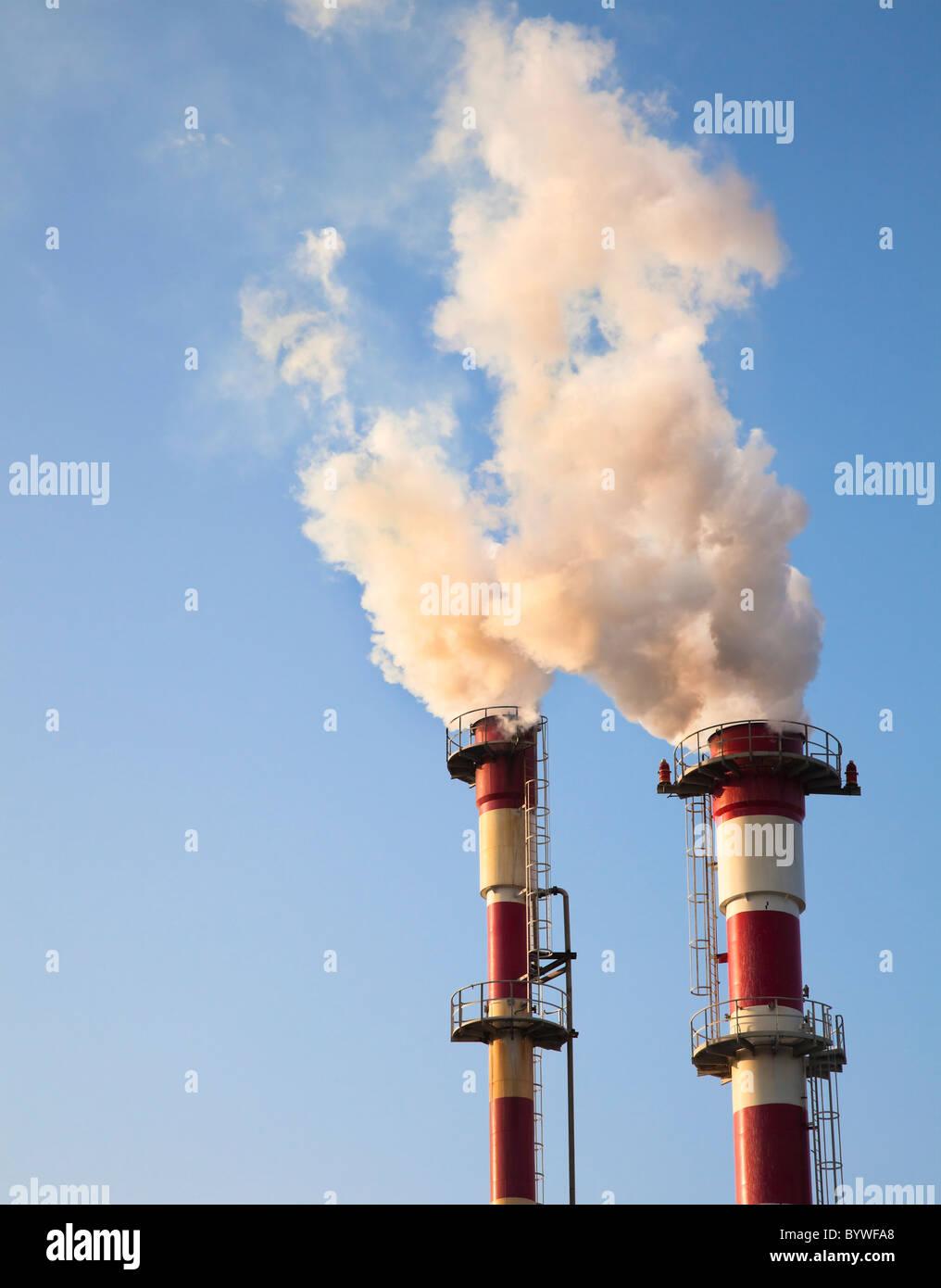 Luftverschmutzung - Rauch aus der Chemiefabrik, die Verschmutzung der Luft Stockbild