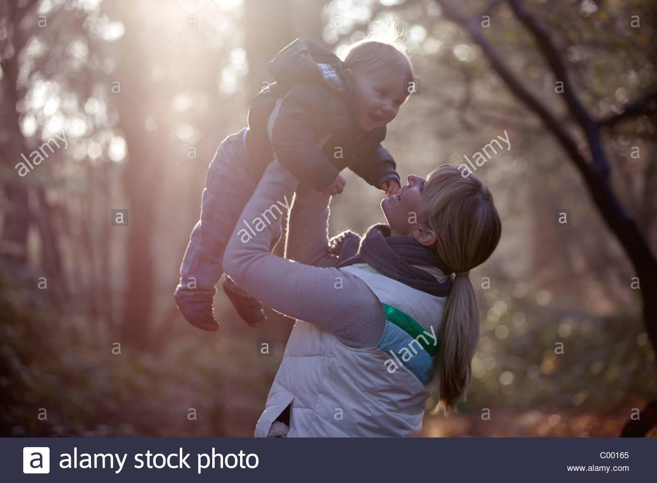 Eine Mutter ihren Sohn in die Luft heben Stockbild
