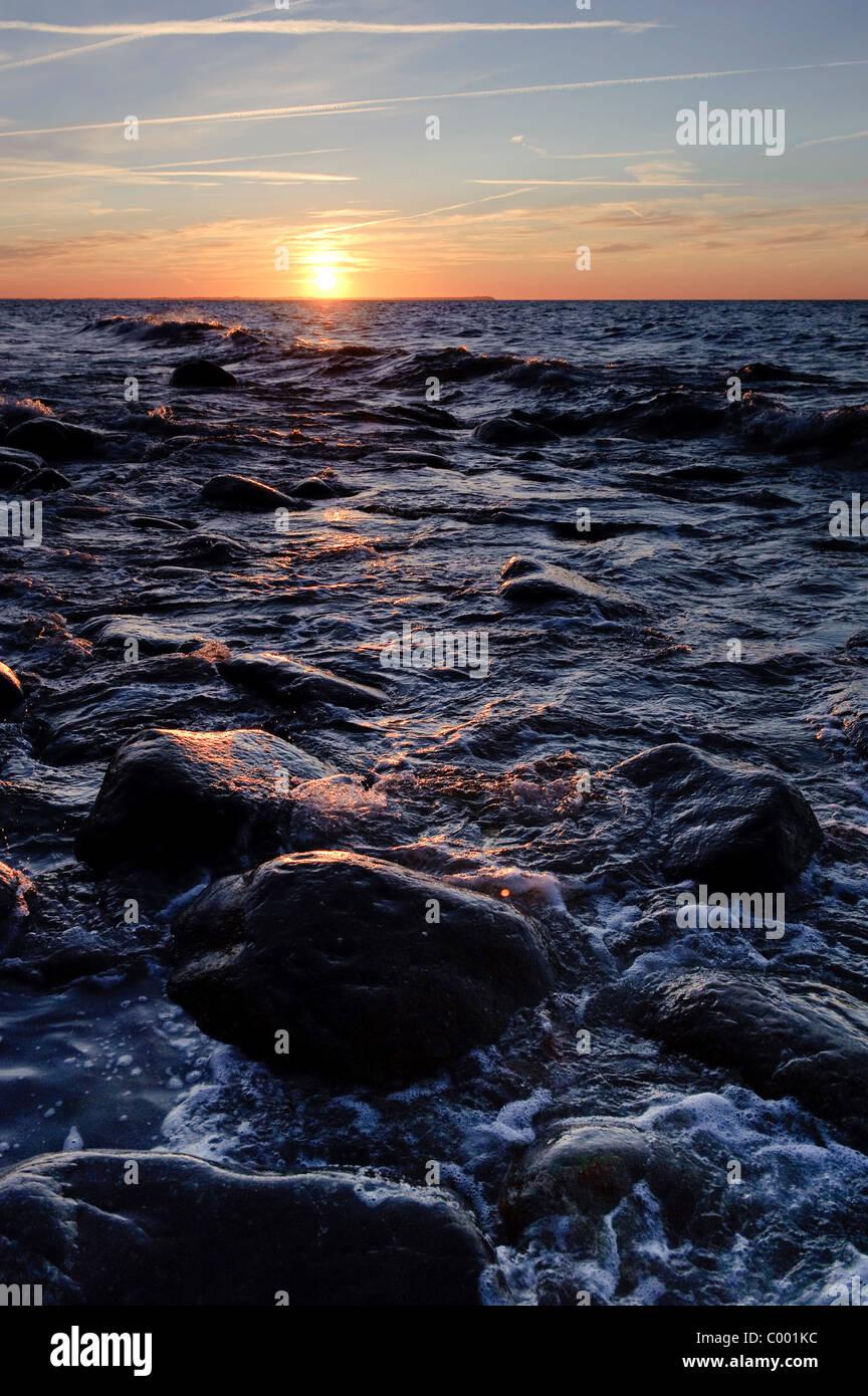 Schöne Steinen in der Ostsee, Sonnenuntergang, Insel Rügen, Deutschland Stockbild
