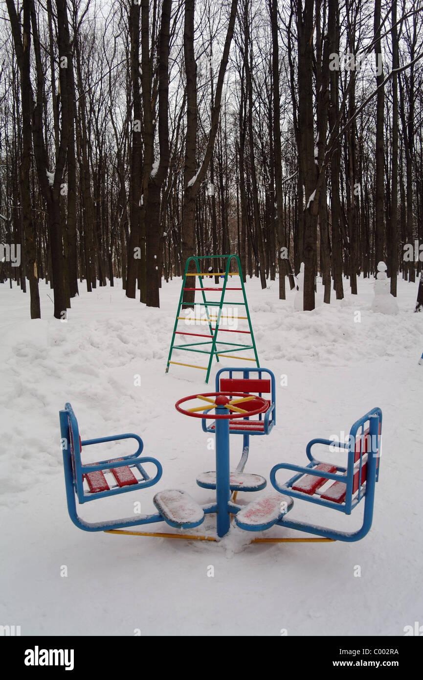 Kinderkarussell In Nicht Langweilig Garten Im Winter Gegen Bäume