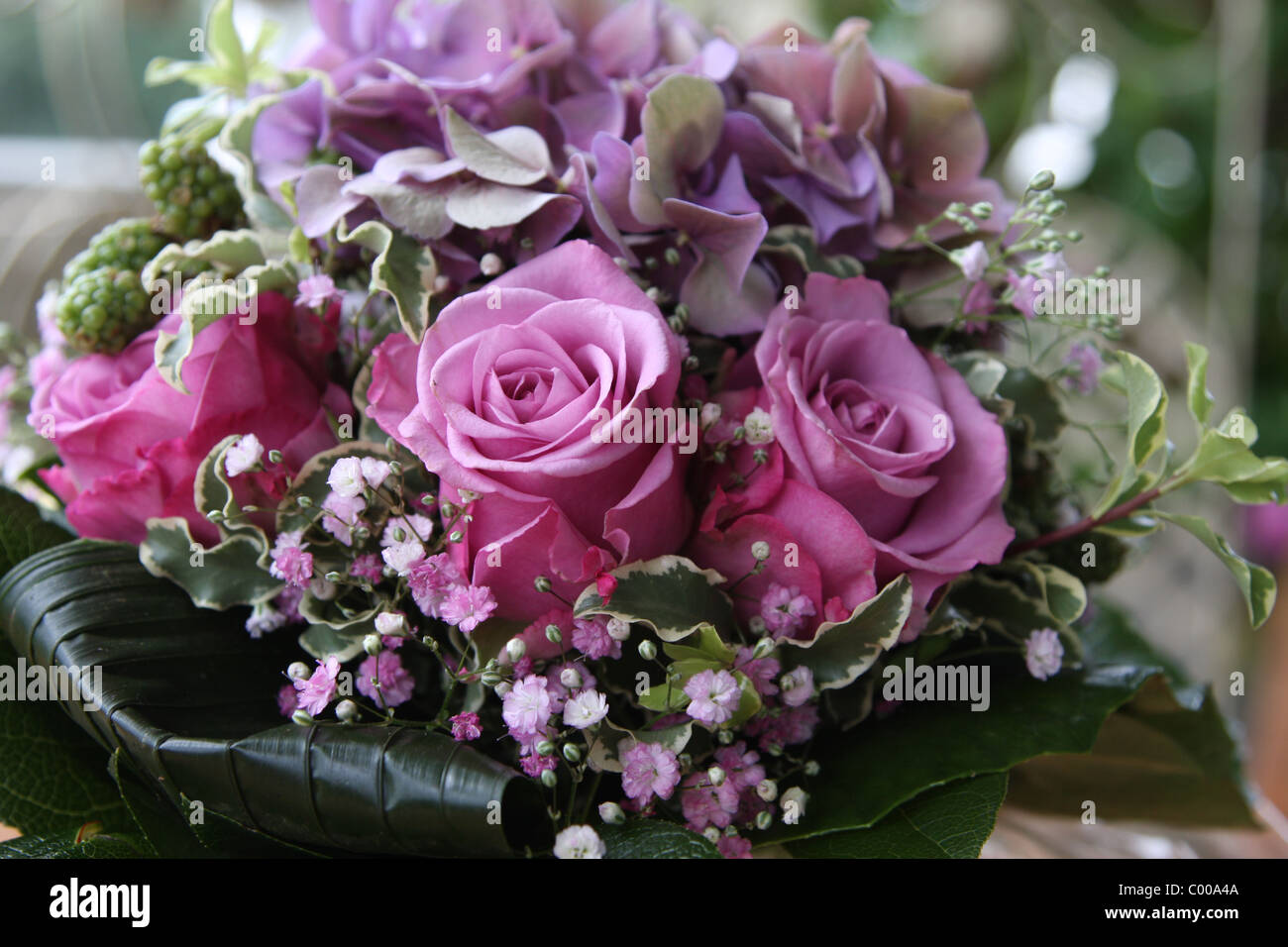 blumenarrangement blumenstrauss pinkfarbene rosen blumenstrau mit rosa rosen stockfoto bild. Black Bedroom Furniture Sets. Home Design Ideas
