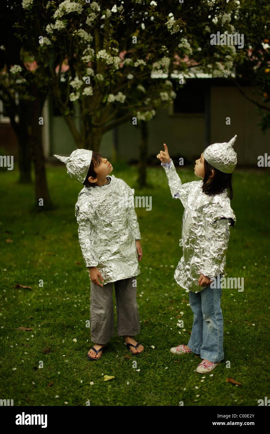 Kinder tragen Backen Schutzfolie während gerade für mögliche alien-Invasion. Stockbild