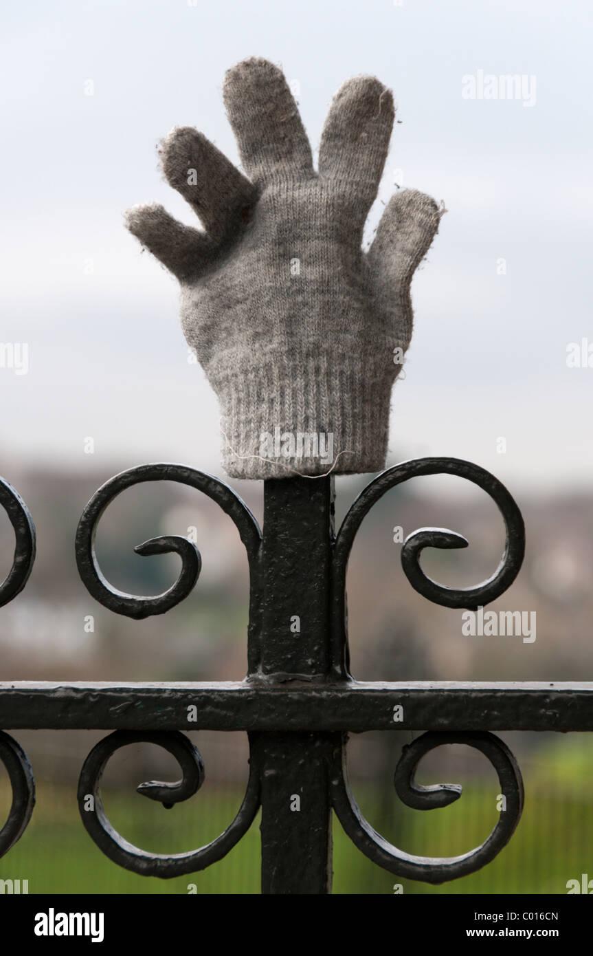 Ein verlorene Handschuh auf Park Geländer gelegt. Stockbild