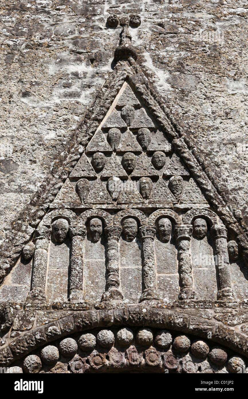 Dreieckigen Giebel auf einem Portal, Kathedrale St. Brendan, Kathedrale von Clonfert, County Galway, Provinz Connacht Stockbild