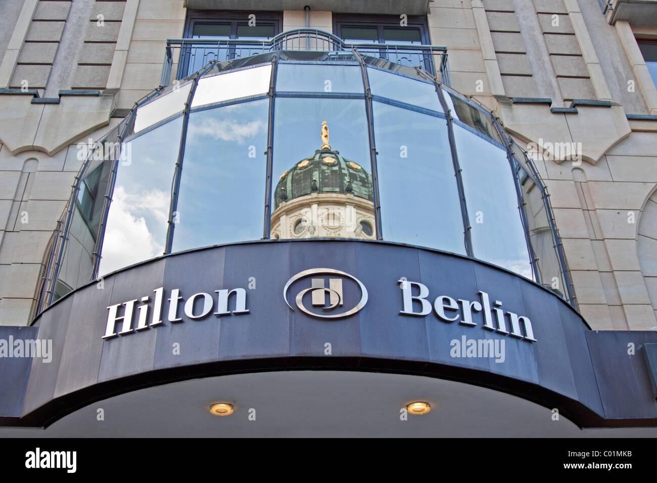 Hilton Hotel Berlin Deutsche Dom Spiegelt Sich In Fenstern Mitte
