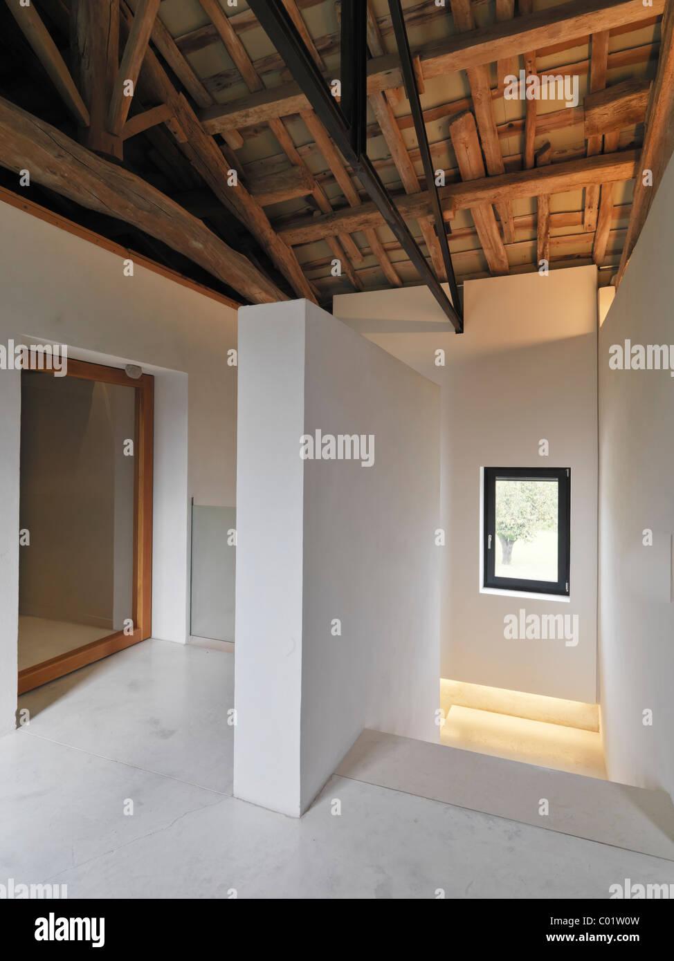 Sehr Treppe im Dachgeschoss mit Glas Geländer und Holzdecken in HA89