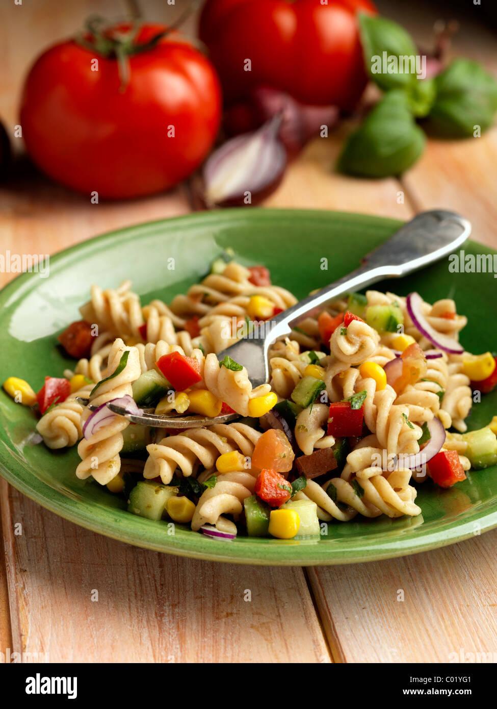 Einzelne Portion vegetarische Dinkel Pasta-Salat Stockfoto